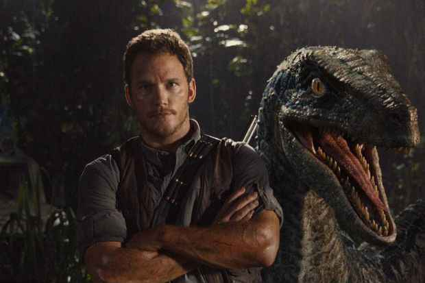 Chris Pratt posa ao lado de um dinossauro em cena de