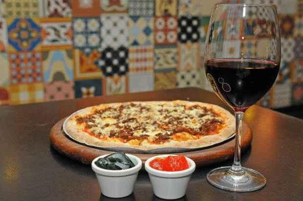 """""""Uma boa dica é preferir os vinhos simples e jovens, que são descomplicados assim como a pizza"""", afirma a sommelier Fabiana Gonçalves. Foto: Zuleika de Souza/CB/D.A Press"""