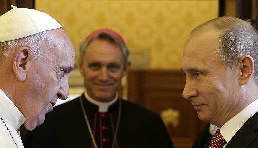 O papa Francisco (E) e o presidente russo, Vladimir Putin, durante encontro no Vaticano, no dia 10 de junho de 2015. Foto: GREGORIO BORGIA/ POOL/AFP