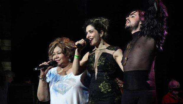 Alcione, Letícia Sabatella e Johnny Hooker prestaram homenagem a Maria Bethânia. Foto: Prêmio da Música Brasileira/Divulgação