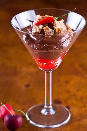 Mousse de chocolate com pimenta e caramelo com farofa de biscoito. Foto: Divulgação