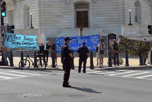 Manifestantes anti-livre comércio protestam em frente ao Congresso dos EUA, em 12 de junho de 2015. Foto: MANDEL NGAN/AFP