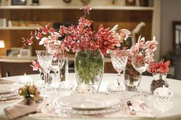 Enfeitar a mesa com flores de diferentes tipos é uma das sugestões da decoradora. Foto: Michelle Moll/Divulgação