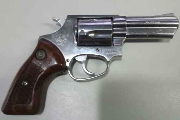 Arma apreendida é um revolver calibre .38. Foto: PRF/Divulgação