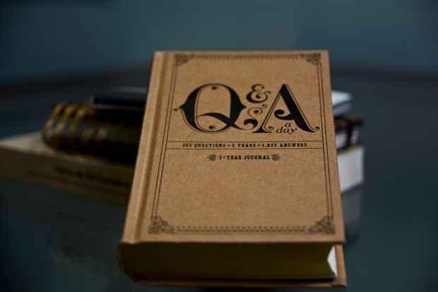 Os question and answers ganham as prateleiras em versões em inglês. Foto: Guilherme Veríssimo/DP/DA Press