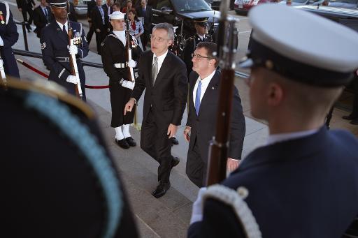 Secretário da Defesa dos EUA, Ashton Carter (dir.), recebe o secretário-geral da Otan, Jens Stoltenberg, em 26 de março de 2015, no Pentágono, em Arlington (Virgínia) Foto: GETTY IMAGES NORTH AMERICA/AFP/Arquivos Chip Somodevilla