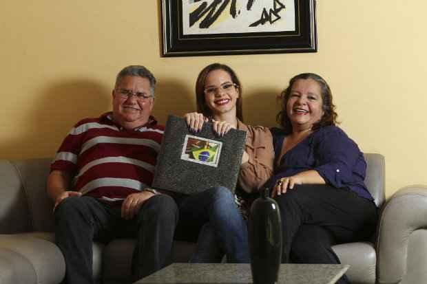Thalita e os pais aguardam ansiosos pela viagem. Foto: Paulo Paiva/DP/D.A.