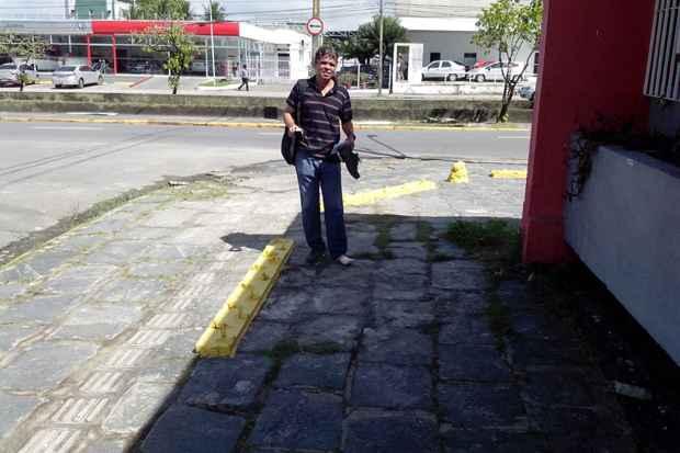 Egilson Soares ia trabalhar quando pisou nos grampos e cortou o pé (Jeferson Silva/Divulgação)