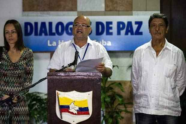 Os negociadores das Farc Carlos Antonio Lozada (C), Isaias Trujillo (D) e Tanja Nijmeijer, em Havana, no dia 4 de fevereiro de 2015. Foto: Yamil Lage/AFP/Arquivos