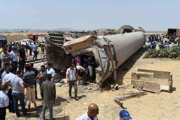 Pelo menos 17 pessoas morreram e 70 ficaram feridas em um choque entre um trem e um caminhão nesta terça-feira em El Fahes, 60 km a sudoeste de Túnis. Foto: Fethi Belaid/AFP