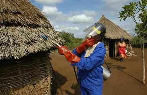 Um trabalhador aplica o pesticida DDT em uma cabana, em Jozini, África do Sul. Foto: Alexander Joe/AFP