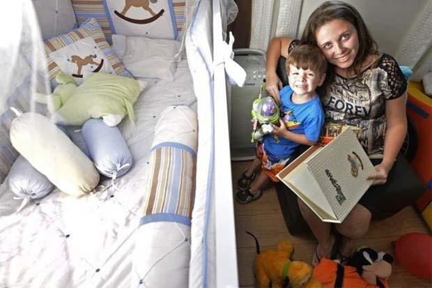 Vyviane Moraes, com Mateus, de 3 anos, a poucos dias de dar à luz Marcos Junior:
