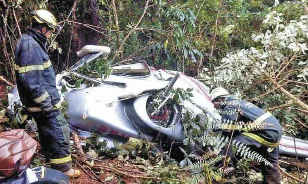 Helicóptero cai em área de mata em Ouro Preto: frota mineira cresceu mais de 100% desde 2007. (Foto: Corpo de Bombeiros de Minas Gerais/Divulgação)