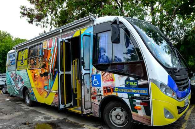 Ônibus é equipado com elevador para cadeirante, wi-fi grátis, balcão de informações e banheiro. Fotos: Inaldo Lins/PCR/Divulgação