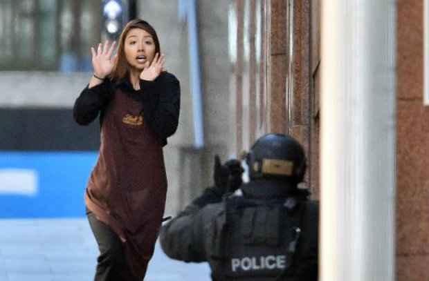 Refém foge de um café em Sydney invadido por um atirador em 2014. (Foto: Saeed Khan/AFP Photo)