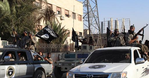 (30 jun) Membros do EI se preparam para desfilar pelas ruas de Raqa, em foto divulgada pela mídia jihadista. Foto: WELAYAT RAQA/AFP