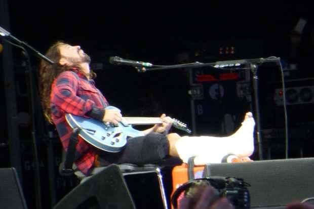 Dave voltou ao palco cerca de uma hora após o acidente. Foto: YouTube/Reprodução
