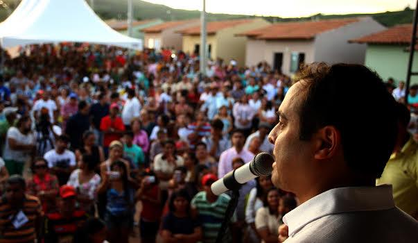 Governador entregou as chaves aos moradores. Foto: Aluísio Moreira/SEI