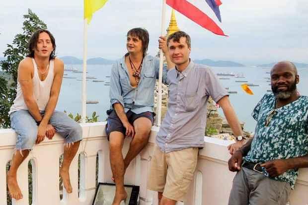 Banda segue gravando novo álbum de inéditas na Tailândia. Crédito: NME/Reprodução