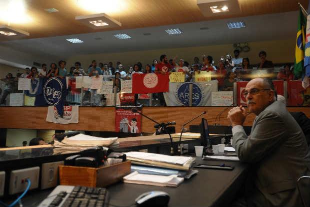 Vereadores tentaram prosseguir com a sessão no plenário, mas foram impossibilitados pelos gritos e apitaços dos manifestantes. Foto: João Velozo/Esp.DP/D.A Press