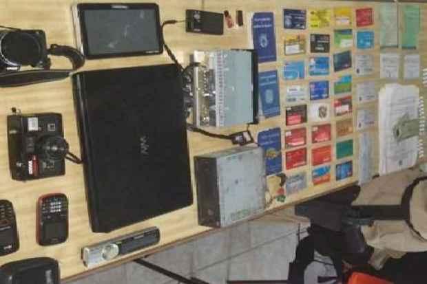 Material apreendido com os suspeitos. Foto: PRF/Divulgação