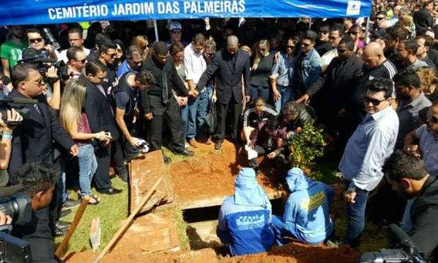 Funcionários do cemitério cobrem caixão: despedida. Foto: Breno Fontes/CB/DA Press
