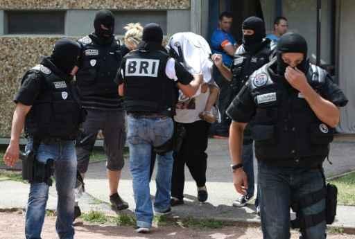 Forças de segurança vigiam a entrada da mesquita. Foto: YASSER AL-ZAYYAT/ AFP