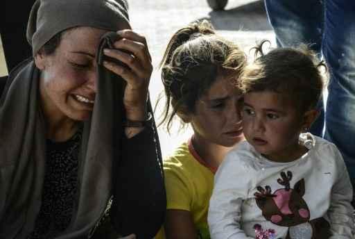 Parentes de pessoas feridas em um ataque suicida na cidade de Kobane se desesperam em um hospital da Turquia, na fronteira com a Síria. Foto: Ilyas Akengin/ AFP