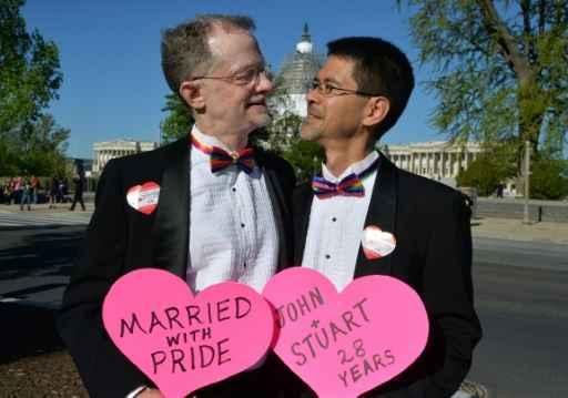 (Abril) Casal da Califórnia posa em frente à Suprema Corte, em Washington. Foto: Mladen Antonov/ AFP