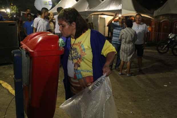 Catadora Edileuza da Silva Trajano ganha a vida catando latas e lixo reciclável. Crédito: Nando Chiappetta/DP/D.A Press.