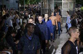 Modelos apresentam criações da Givenchy, em Paris, no dia 26 de junho de 2015 © AFP FRANCOIS GUILLOT