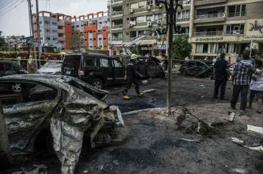 Bombeiro e curiosos no local da explosão. Foto:KHALED DESOUKI/AFP