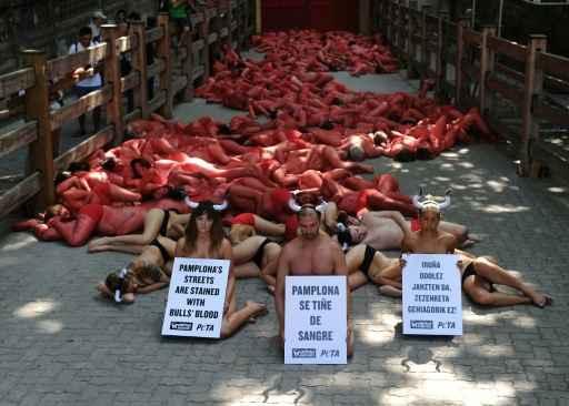(Manifestantes protestam contra as tradicionais touradas, em Pamplona. FOTO: Ander Gillenea/AFP)