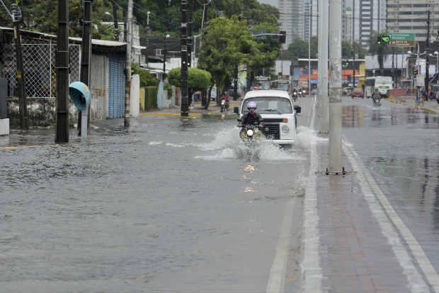 As cidades apresentaram danos causados pela chuva deste sábado (4). No Recife, a Avenida Norte ficou alagada. Foto: Guilherme Veríssimo/DP D.A. Press