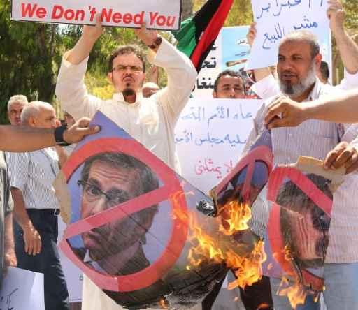 Cidadãos líbios protestam contra o enviado da ONU, Bernardino León, em Trípoli. FOTO: Mahmud Turkia/AFP