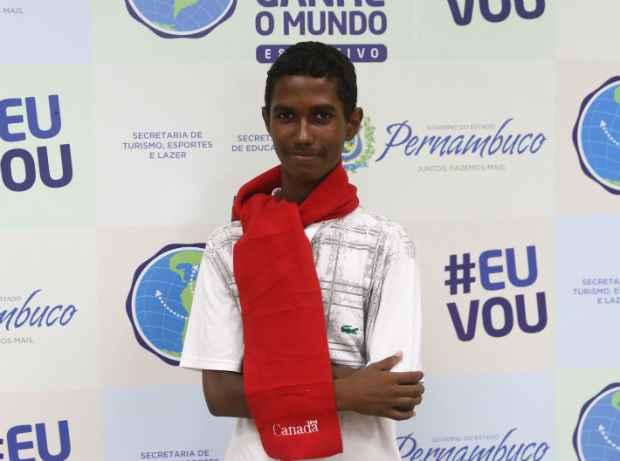 Matheus sonha em aprender francês. Foto: Julio Jacobina/DP/D.A Press