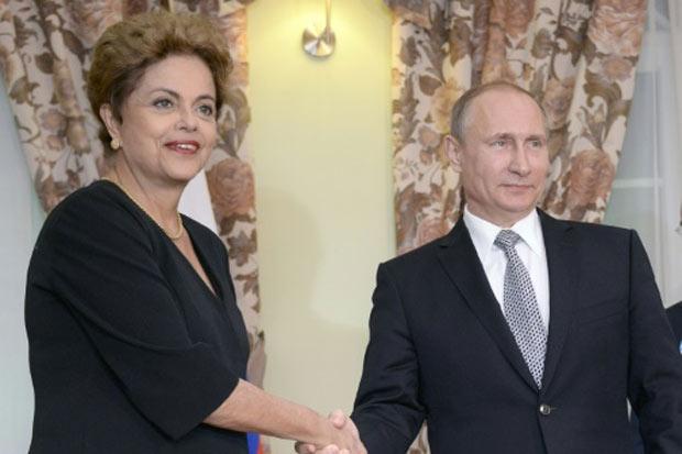 O presidente russo, Vladimir Putin, recebe a presidente brasileira, Dilma Rousseff, em Ufa, Rússia, no dia 8 de julho de 2015. Foto: Alexander Nemenov/Pool/AFP