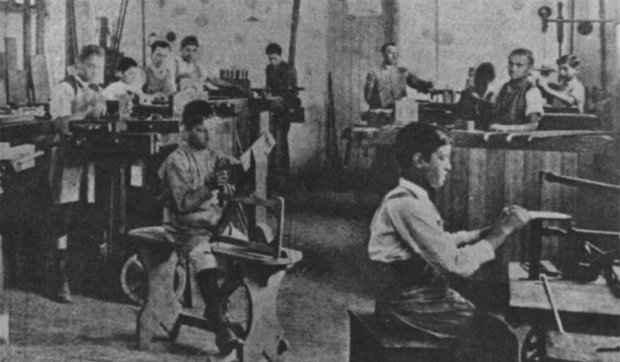 Crianças trabalham em fábrica de sapatos no início do século 20. Em 1927, a atividade dos menores de 12 anos ficou proibida. (Foto: Museu da Justiça do Estado do Rio de Janeiro)