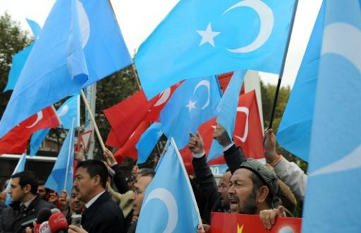 (2010) Ativistas uigures manifestam-se em Istambul contra a visita do premier chinês à Turquia. Foto: Bulent Kilic/ AFP
