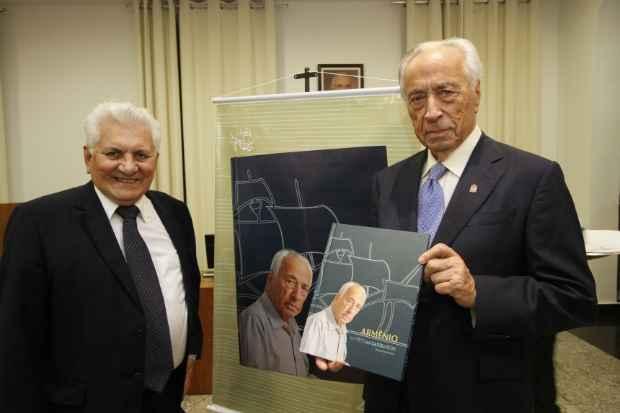 Waldênio Porto posa ao lado do biografado Armênio. Foto: Ricardo Fernandes/DP/D.A Press