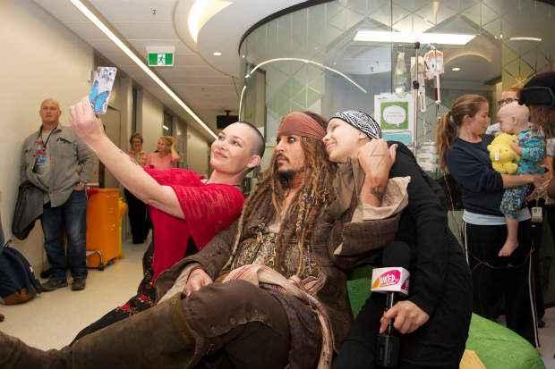O capitão Jack Sparrow tira selfies com fãs em hospital. Foto: Reprodução