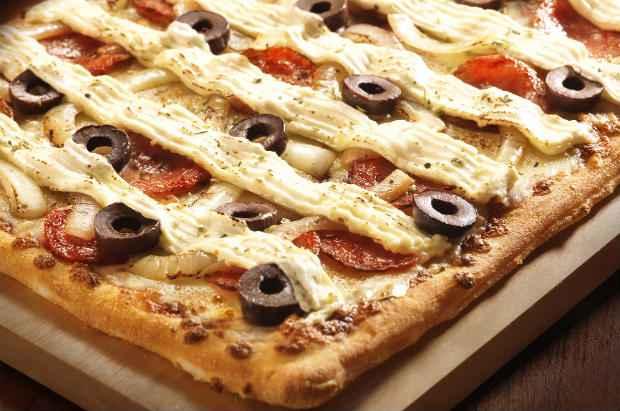 Quem comprar uma pizza grande ou giga na Domino's ganhará um vale para uma pizza média de mussarela. Foto: Divulgação
