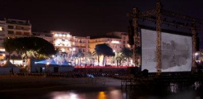 Ttela de projeção armada na praia no festival de cinema de Cannes. Foto: Outdoor Movies/Divulgação