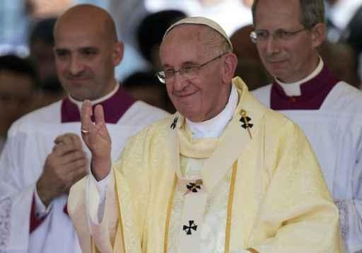 Papa Francisco gesticula durante missa em Caacupe. Foto: Juan Mabromata/AFP