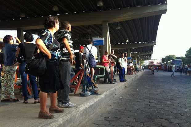 No Terminal da PE-15, os usuários reclamam da demora na espera pelos coletivos, que pode chegar a 20 minutos. Foto: Thais Arruda/Esp DP/D.A Press