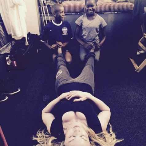 Cantora posta foto recebendo uma massagem dos filhos David Banda e Mercy James. Foto: Reprodução/Instagram