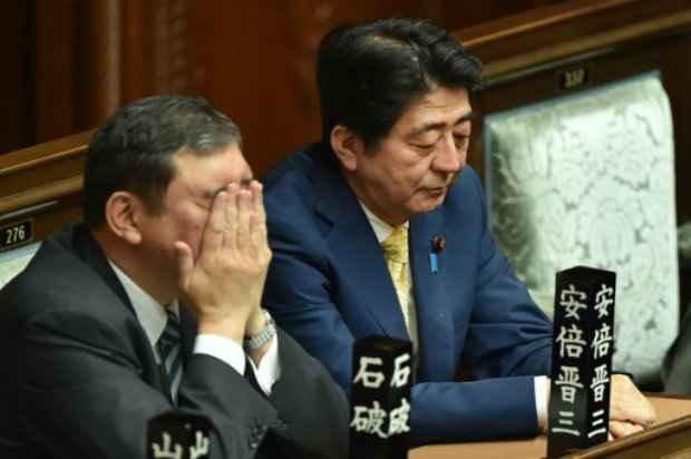 Abe (d) e o ministro de Revitalização Regional, Shigeru Ishiba, ouvem um discurso da oposição no parlamento, em Tóquio. Foto: AFP/Kazuhiro Nogi