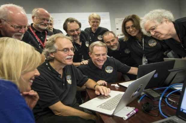 Membros da equipe New Horizon observando novas imagens obtidas pelo projeto, em Maryland, no dia 15 de julho de 2015. Foto: NASA/AFP Bill Ingalls.