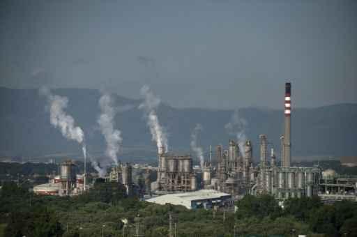 Colunas de fumaça saindo da chaminé de uma indústria petroquímica na Espanha. Foto: Jorge Guerrero/AFP