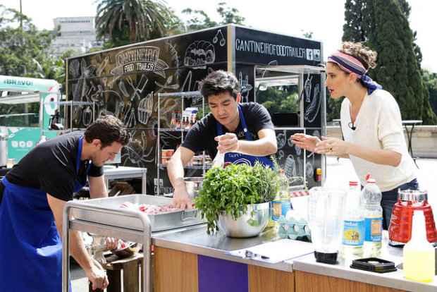Chef Paola Carossela orienta Fernando e Marcos. Fotos: Band/Divulgação